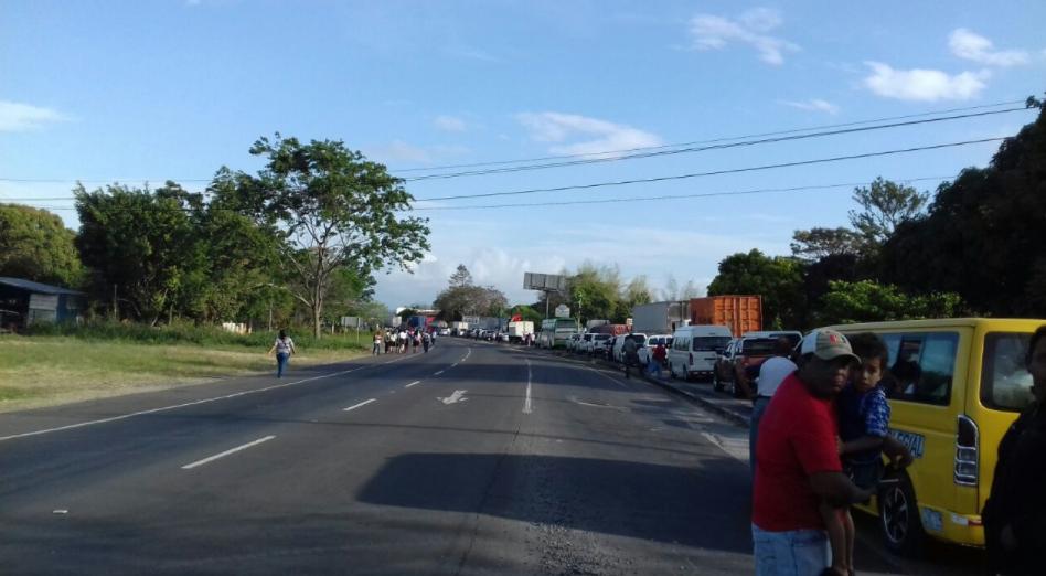 Moradores de Donoso protestan en la Interamericana para exigir titulación de sus tierras
