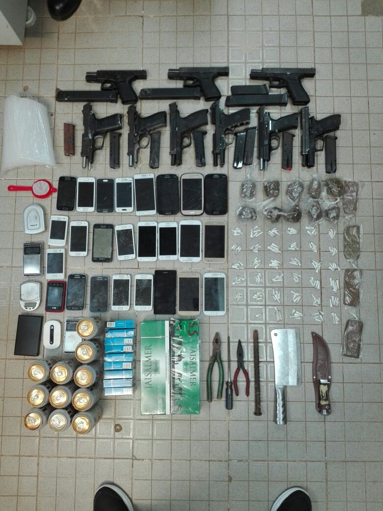 Confiscan armas, drogas y alcohol durante requisa en La Joyita