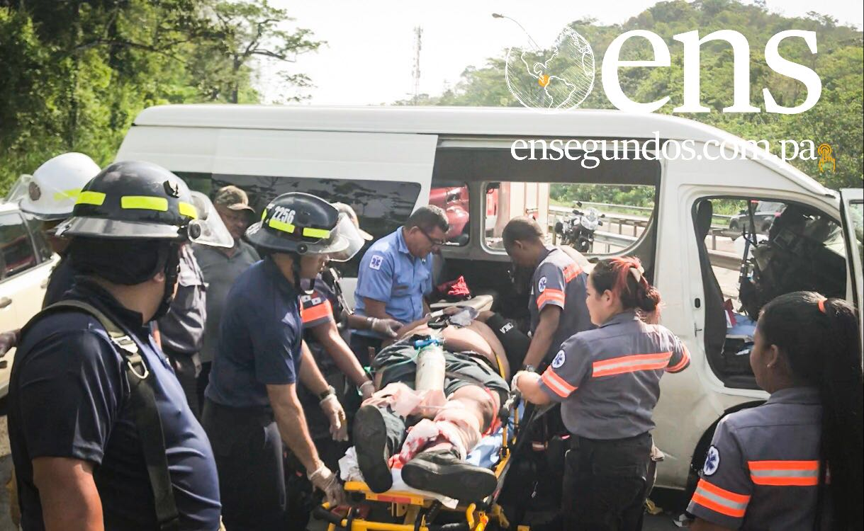 Colisión entre camioneta y busito pirata en la Vía Centenerio deja una persona atrapada