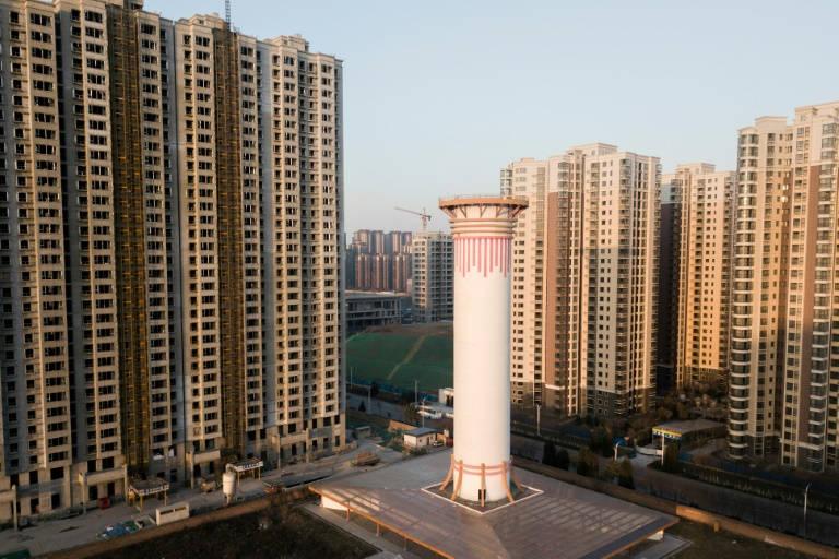 Una chimenea de aire puro intenta limpiar la atmósfera en China