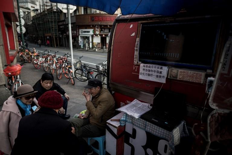 La pequeña plaza bursátil de los fines de semana en las calles de Shanghái
