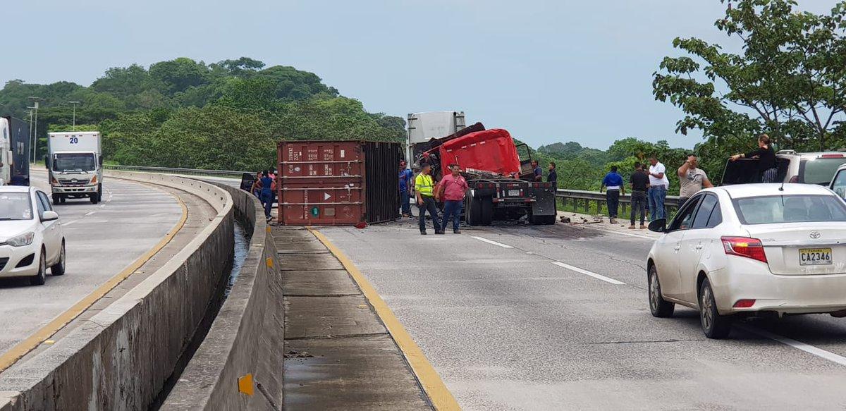 Autopista Panamá Colón: Camión se vuelca y deja una persona herida