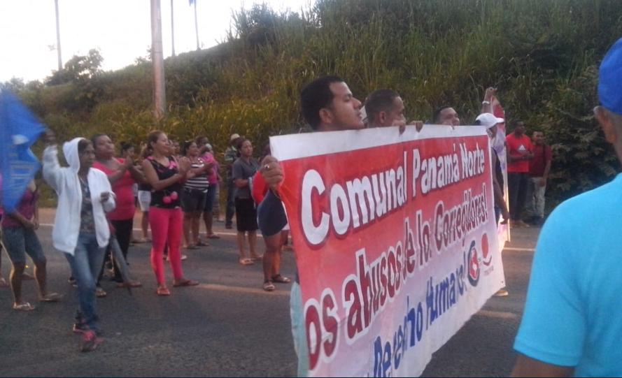 Moradores de Altos de la Esperanza cierran vía por posible desalojo en tierras que invadieron