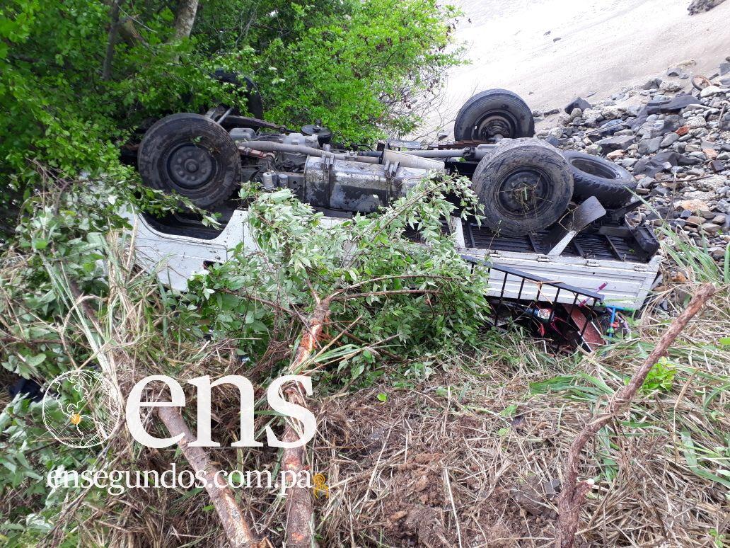 Un camión se volcó en Veracruz en el área de Playa Farfán