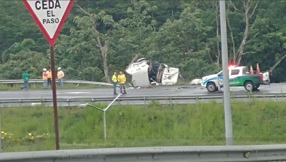 Cisterna abastecido de combustible se vuelca en la Autopista Panamá-Colón