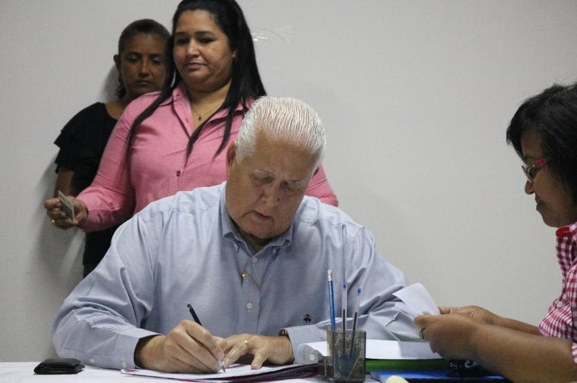 Pérez Balladares completa formulario para precandidatura presidencial en el PRD