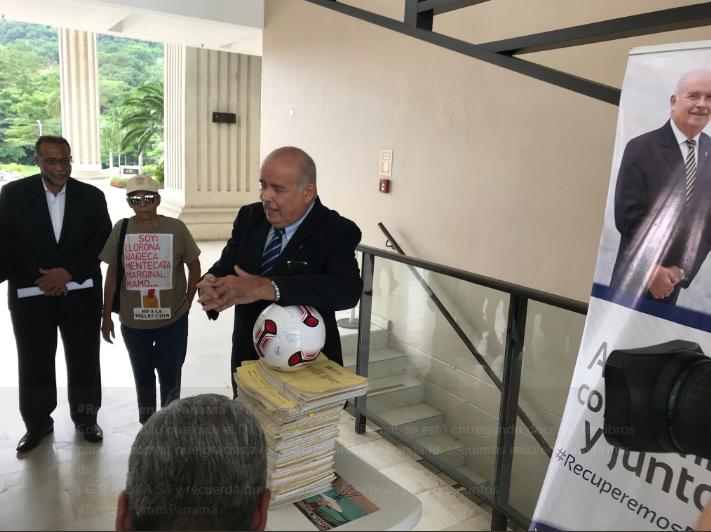 Bernal presenta 60 libros al Tribunal Electoral en apoyo a su candidatura independiente