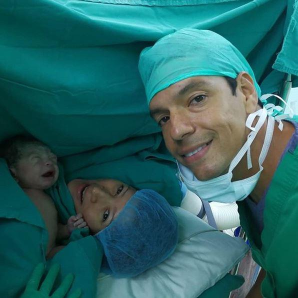 Rolando Sterling festeja el nacimiento de su primogénito en el Día del Padre