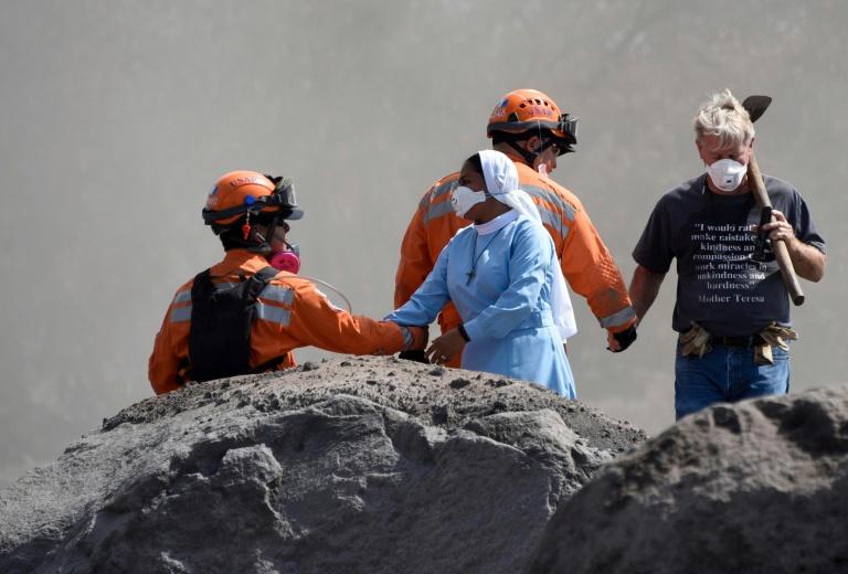Erupciones y lluvias complican rescate de víctimas de volcán en Guatemala