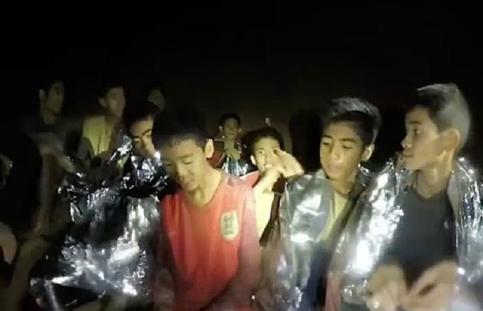 Rescatan al último niño y al entrenador atrapados en la cueva de Tailandia