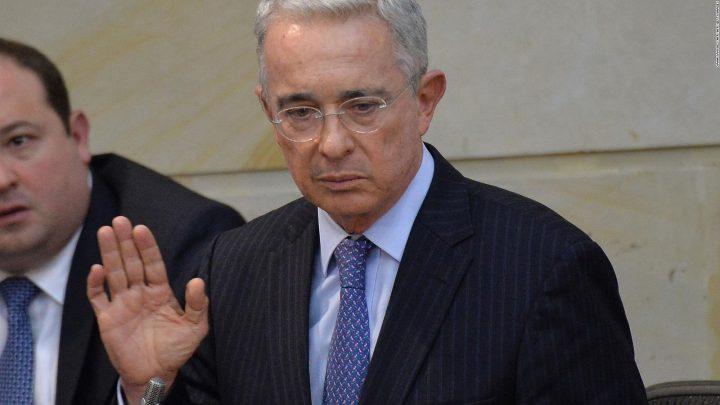 Corte de Colombia ordena arresto domiciliario de poderoso expresidente Álvaro Uribe