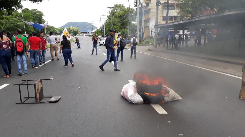 Estudiantes de la UP se mantienen en protesta contra el alza de la luz
