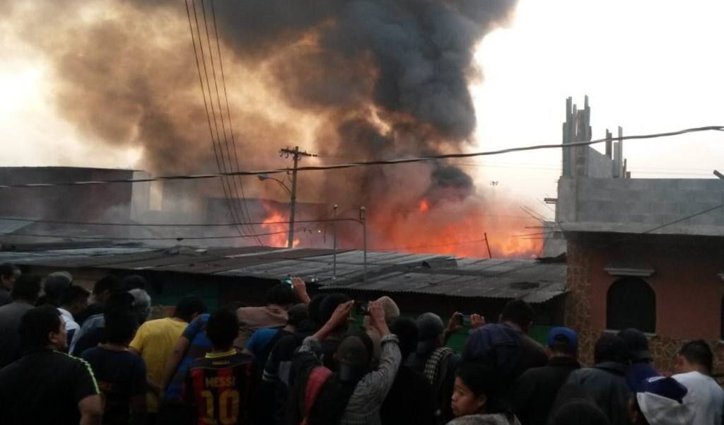 Bomberos guatemaltecos intentan sofocar incendio en distribuidora de gas