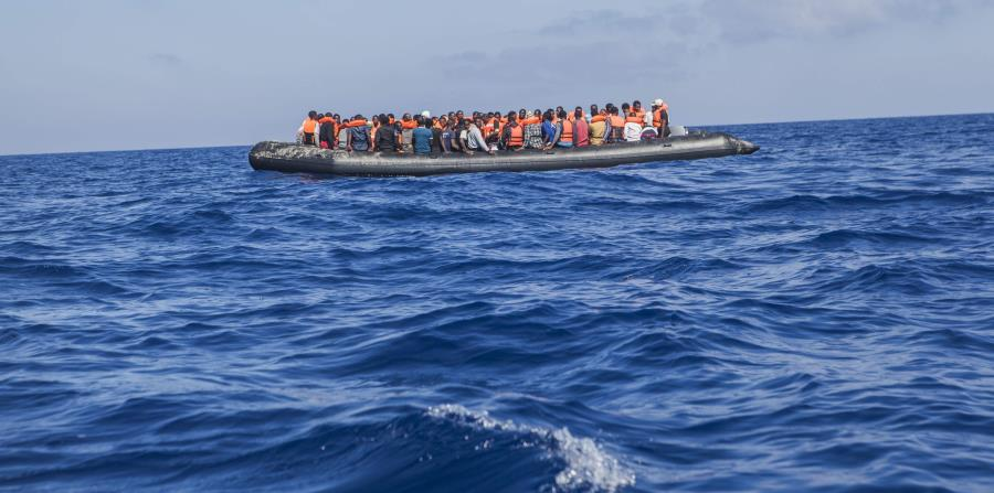 España rescata a 340 migrantes en el Mediterráneo, uno flotaba en una llanta