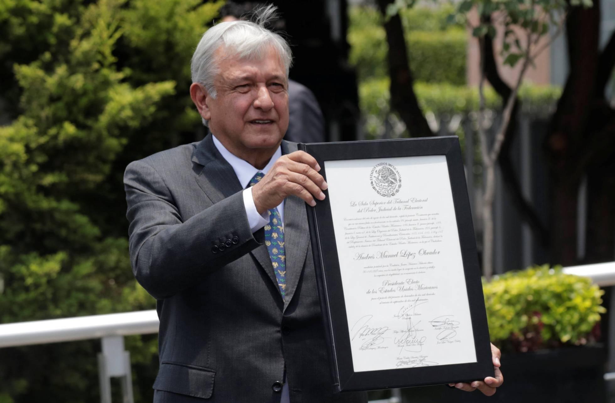 López Obrador recibe la constancia de presidente electo de México