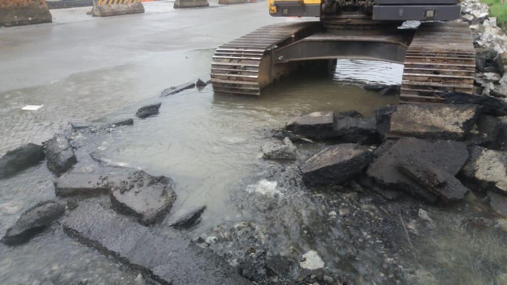 Rotura de línea de 54 afecta suministro de agua en varios sectores de la ciudad