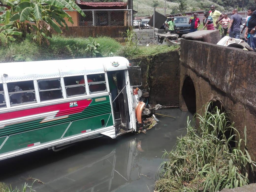 Ocho heridos en la provincia de Colón tras caída de un bus en una quebrada