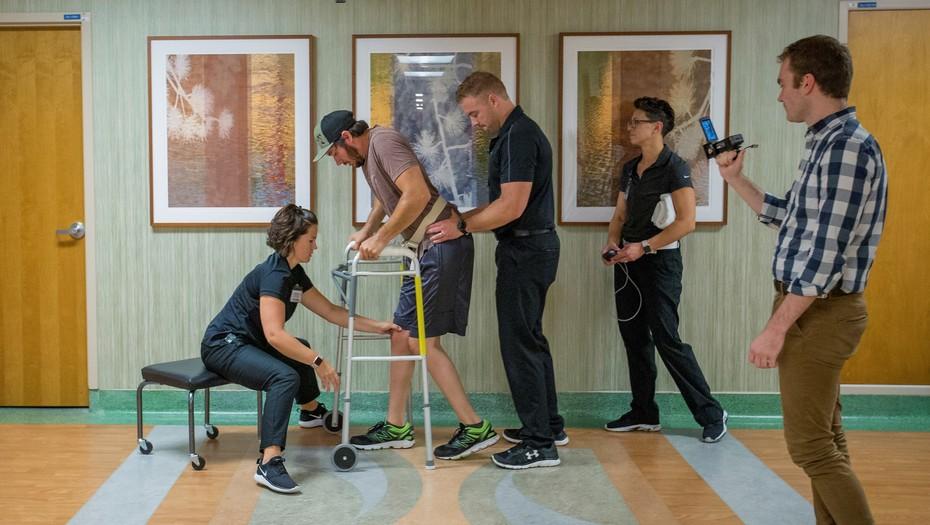 Cuatro parapléjicos caminan o se levantan con estimulación eléctrica en EEUU