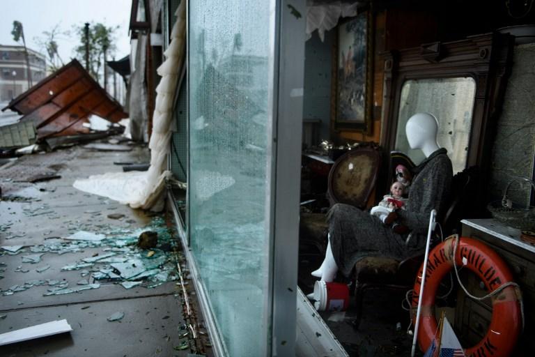 Michael se degrada a tormenta tropical tras sembrar devastación en Florida