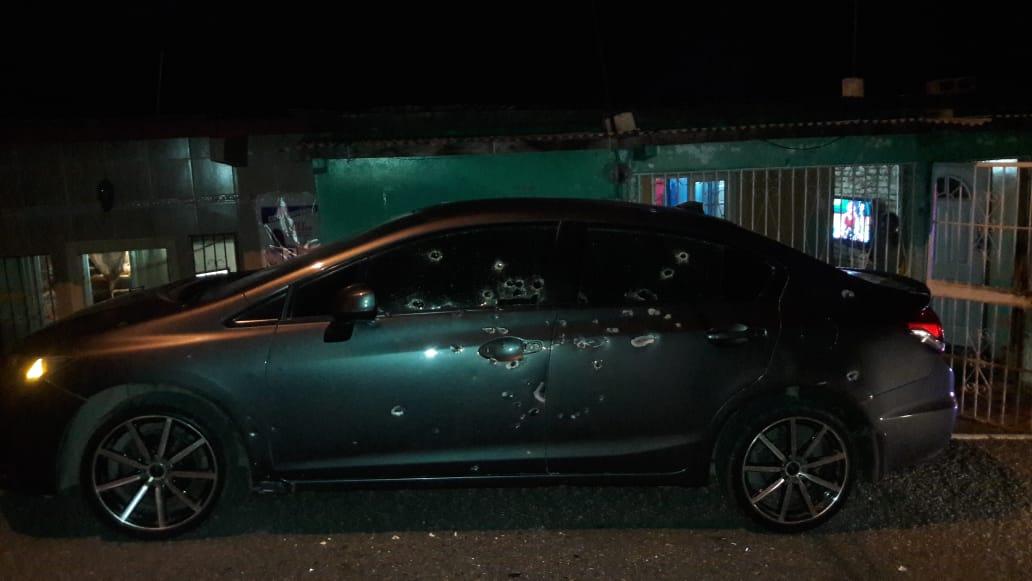 Auto queda convertido  en un colador, tras balacera en Cativá