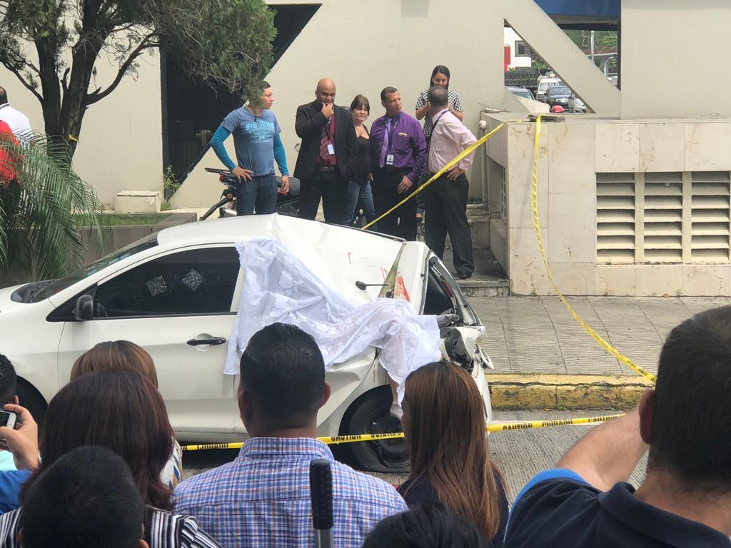 Hombre cae desde un edificio sobre auto en Avenida Balboa