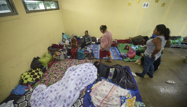 Miles esperan en refugios del Pacífico mexicano embate de Huracán Willa