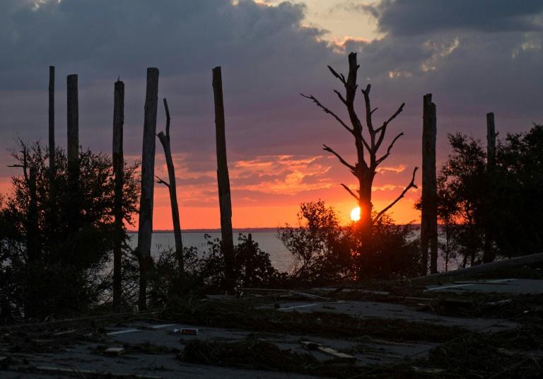 Rescatistas buscan entre los escombros  víctimas mortales del huracán Michael
