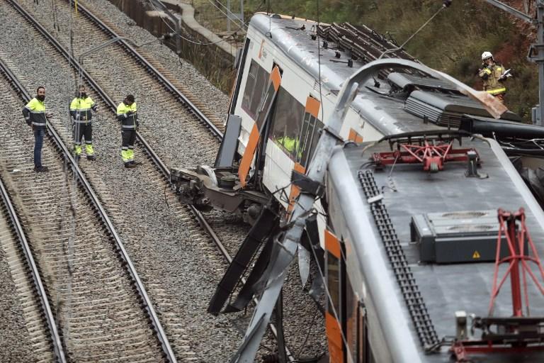 Un muerto y 49 heridos al descarrilar un tren en España