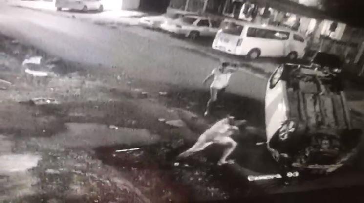 Una niña es expulsada de un auto que se volcó en Torrijos Carter