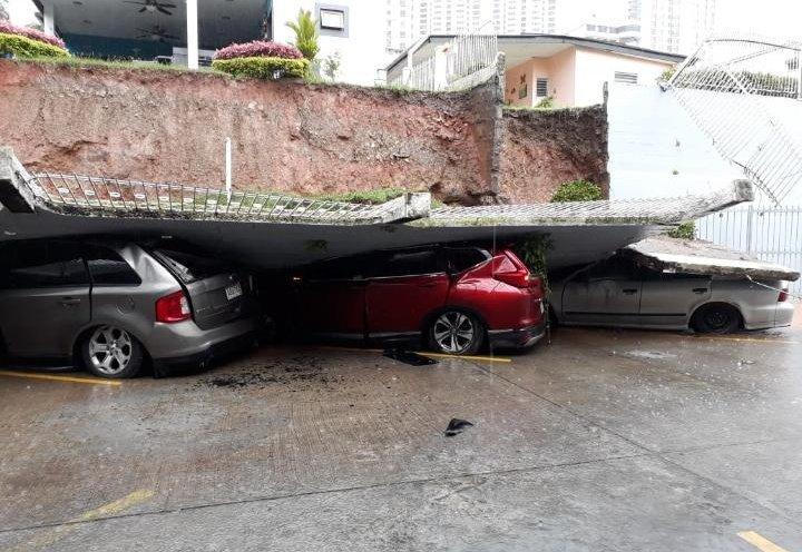 Muro se desploma sobre varios vehículos en Tumba Muerto