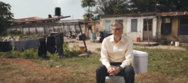 Bill Gates aboga por una revolución en los retretes junto a un tarro de excrementos
