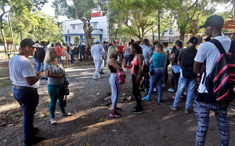 Embajada de Panamá en La Habana  'desbordada' de cubanos buscando información sobre  tarjeta de turismo