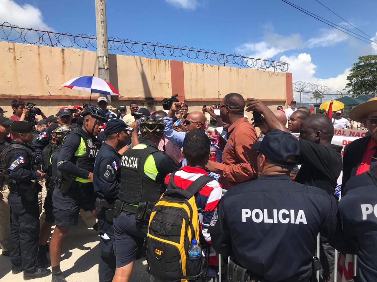 Estamentos de seguridad impiden a manifestantes desfilar en Colón