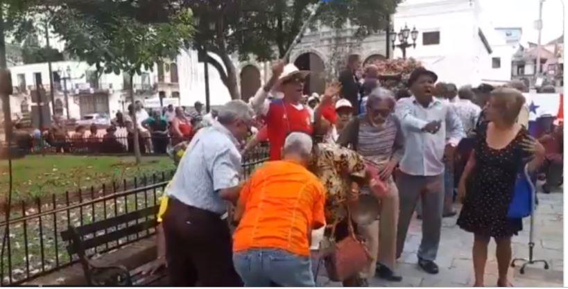 Jubilados marchan a la Presidencia para exigir aumento a pensiones