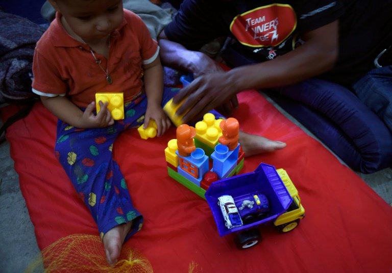 Con peluches y cochecitos, niños migrantes sobreviven al éxodo centroamericano