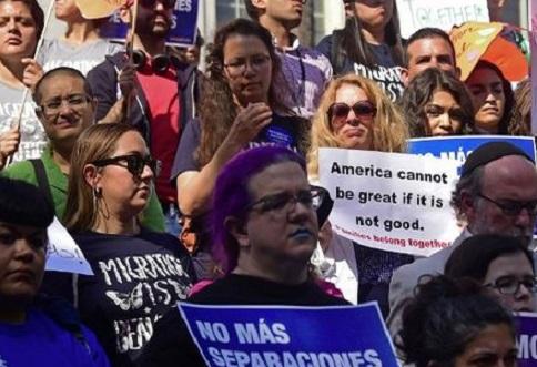 Revés para política migratoria de Trump : juez bloquea decreto que restringe asilo