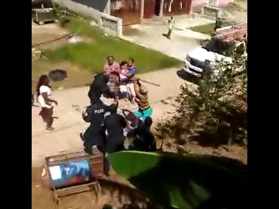 Mujeres arremeten contra policías en Colón para evitar corte del servicio eléctrico