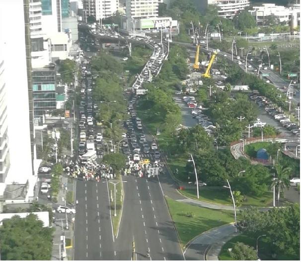 Protestas y cierre de calle en Avenida Balboa