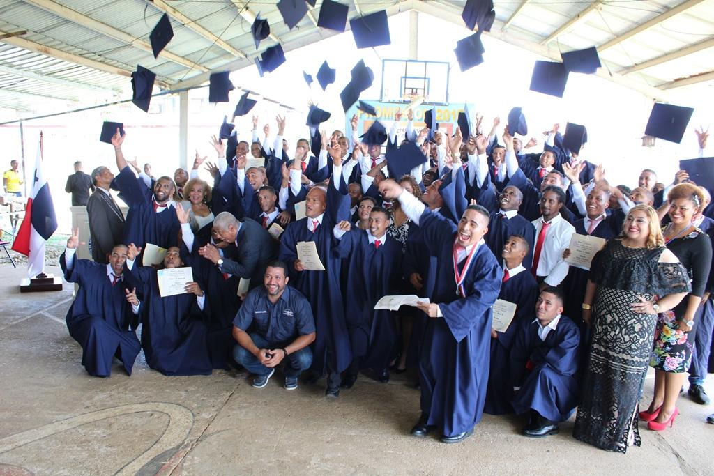 Privados de libertad celebran graduación en educación premedia y media