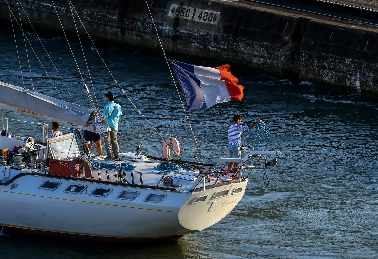 Franceses cruzan el Canal de Panamá en velero para encuentro con el papa Francisco