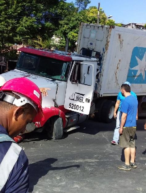 Vía Tocumen totalmente cerrada; un contenedor a punto de volcarse
