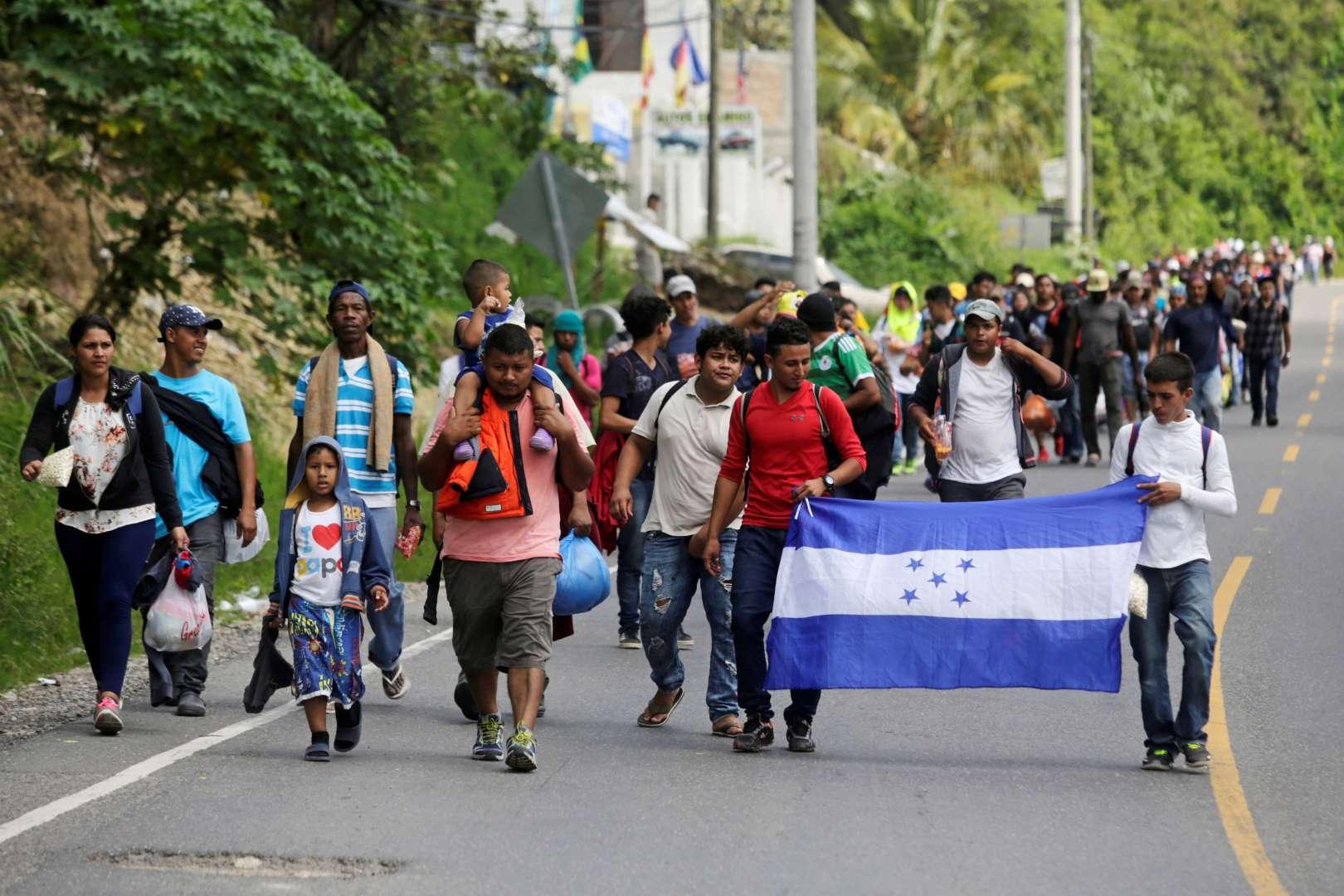 Hondureños retoman peregrinaje por la carretera guatemalteca para llegar a EEUU