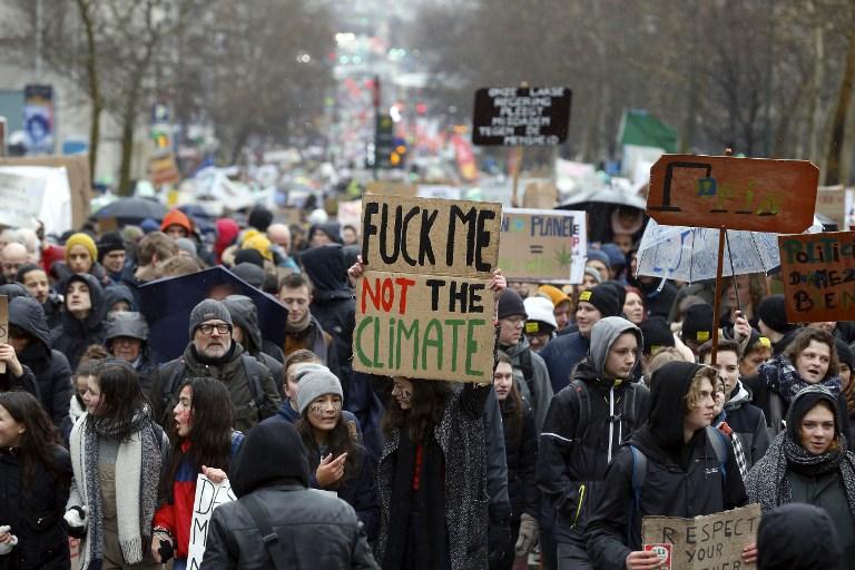 Decenas de miles de personas marchan por el clima en Bélgica y Francia