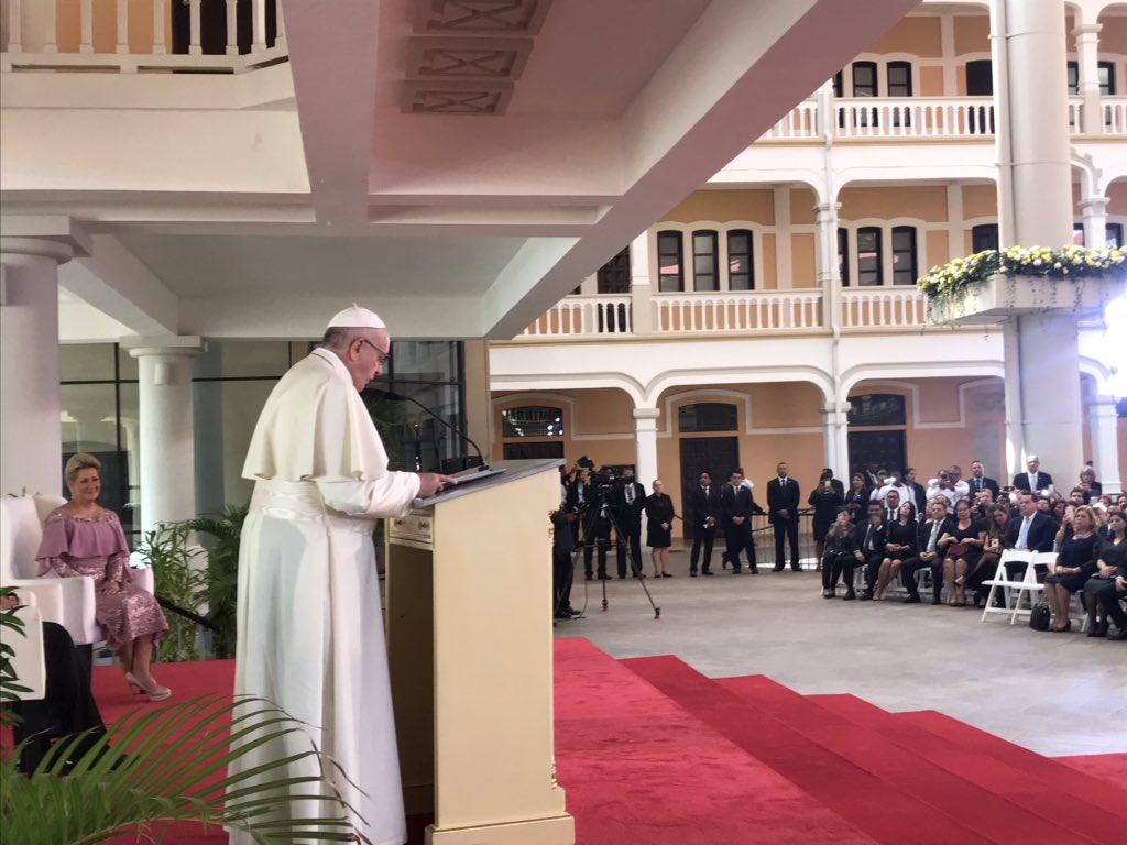 """El Papa Francisco advierte sobre la """"desinformación"""" en internet"""
