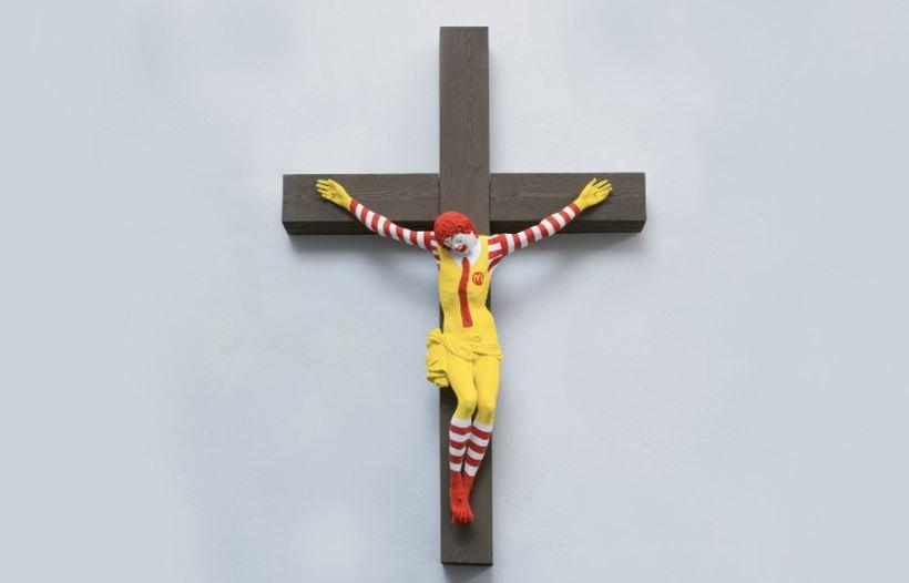 Escándalo en Israel por una obra con el payaso de McDonald's crucificado