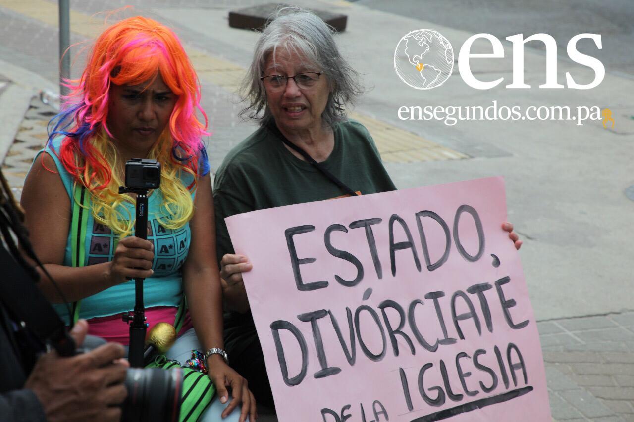 LGBT se manifiestan en la Vía España durante la JMJ
