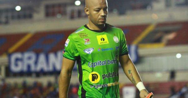 El futbolista McFarlane recibe medida cautelar de notificación por porte de arma de fuego
