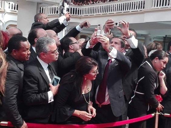 """Abuchean a políticos que querían colarse para un """"selfie"""" con el Papa"""