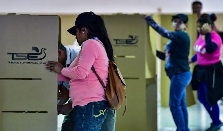 Los salvadoreños votan por nuevo presidente con la mira en la economía y la violencia