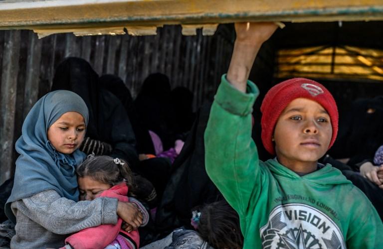 Evacúan a hombres, mujeres y niños del reducto del EI en Siria